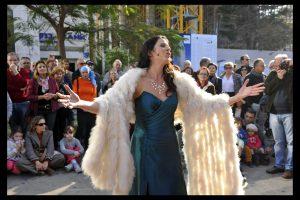 זמרת אופרה בהופעת רחוב